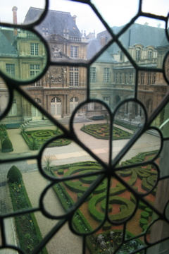 a courtyard inside the Musée Carnavalet